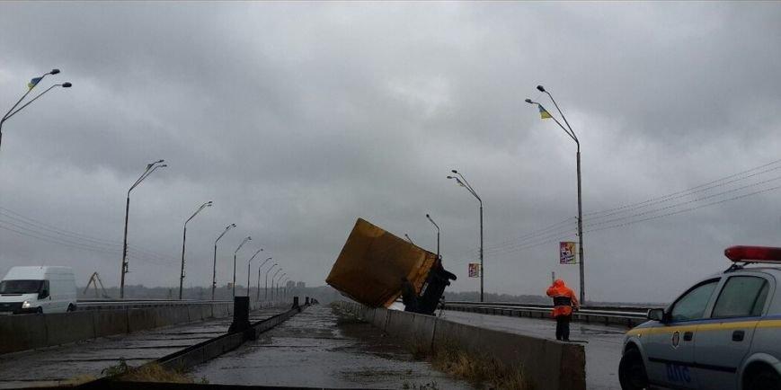 На мосту в Днепродзержинске перевернулось 2 грузовика, фото-2