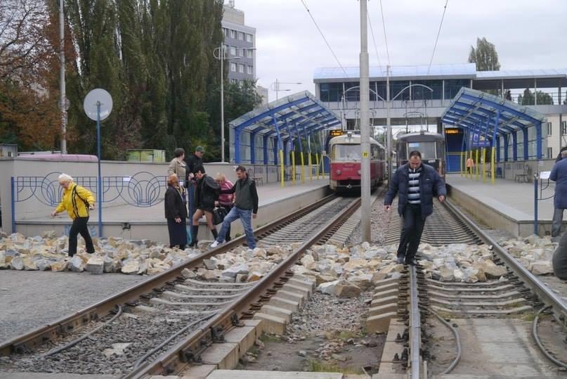 В столице для «удобства» пассажиров транспортники засыпали рельсы скоростных трамваев большими камнями (ФОТОФАКТ), фото-2