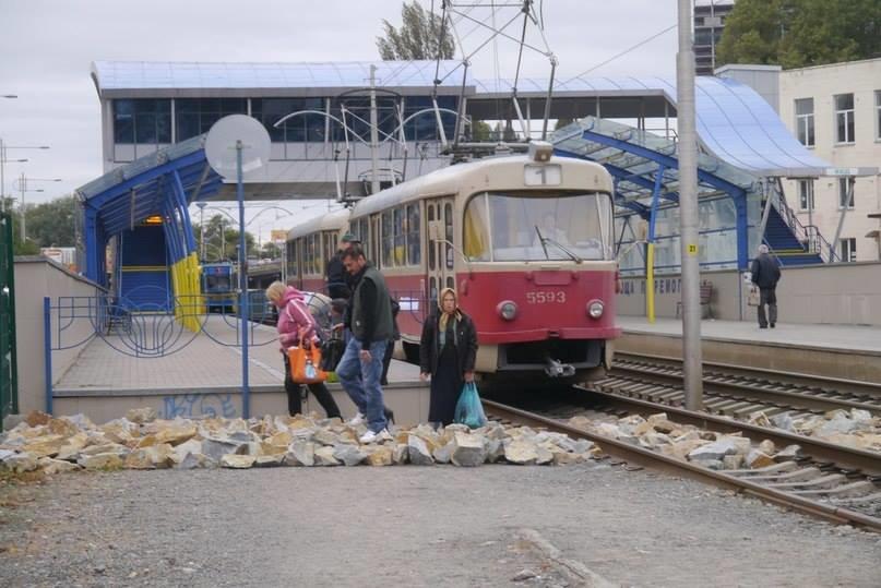 В столице для «удобства» пассажиров транспортники засыпали рельсы скоростных трамваев большими камнями (ФОТОФАКТ), фото-1
