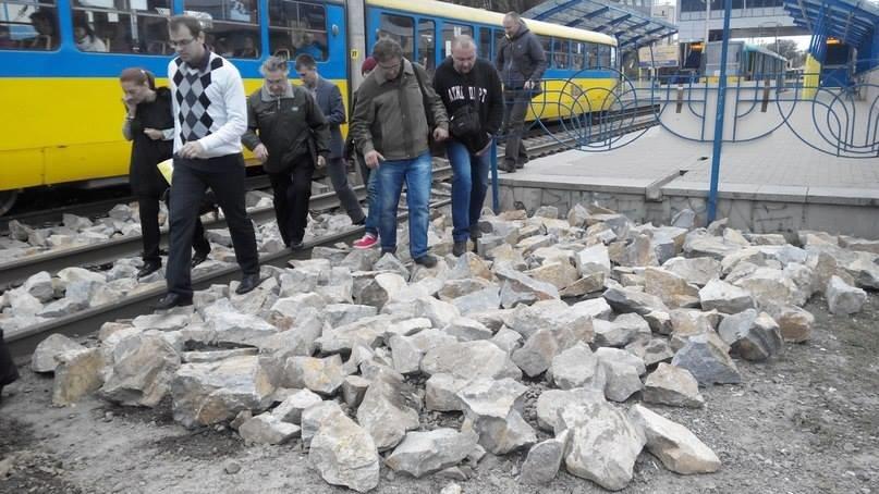 В столице для «удобства» пассажиров транспортники засыпали рельсы скоростных трамваев большими камнями (ФОТОФАКТ), фото-3