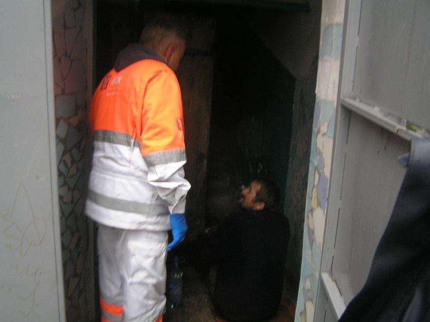 Кременчугские спасатели вытаскивали мужчину из ямы в подвале (ФОТО), фото-2