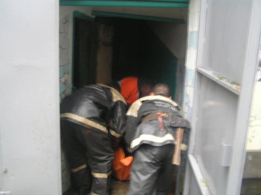 Кременчугские спасатели вытаскивали мужчину из ямы в подвале (ФОТО), фото-1