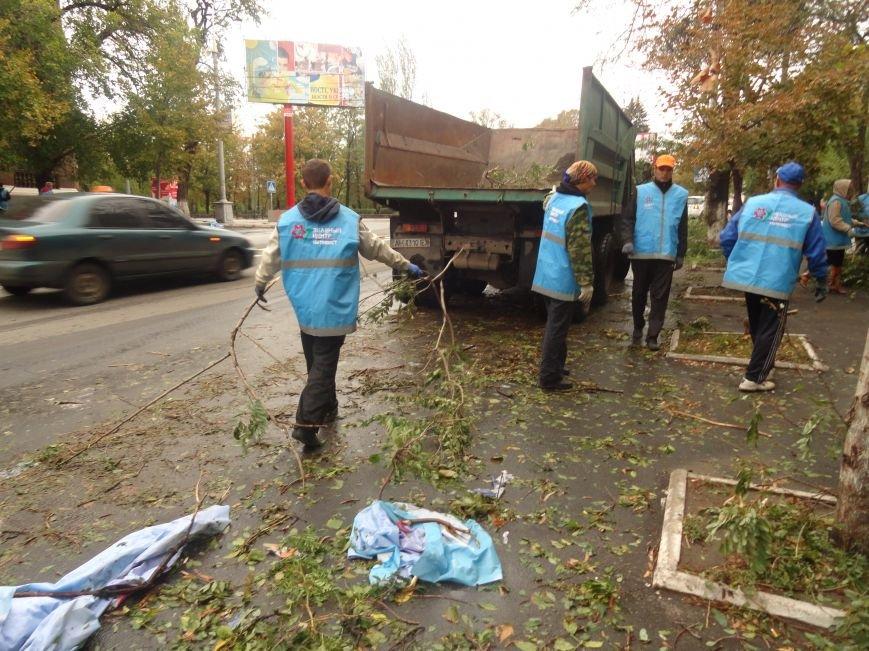 Волонтеры помогают убирать деревья на улицах Мариуполя (ФОТО), фото-4
