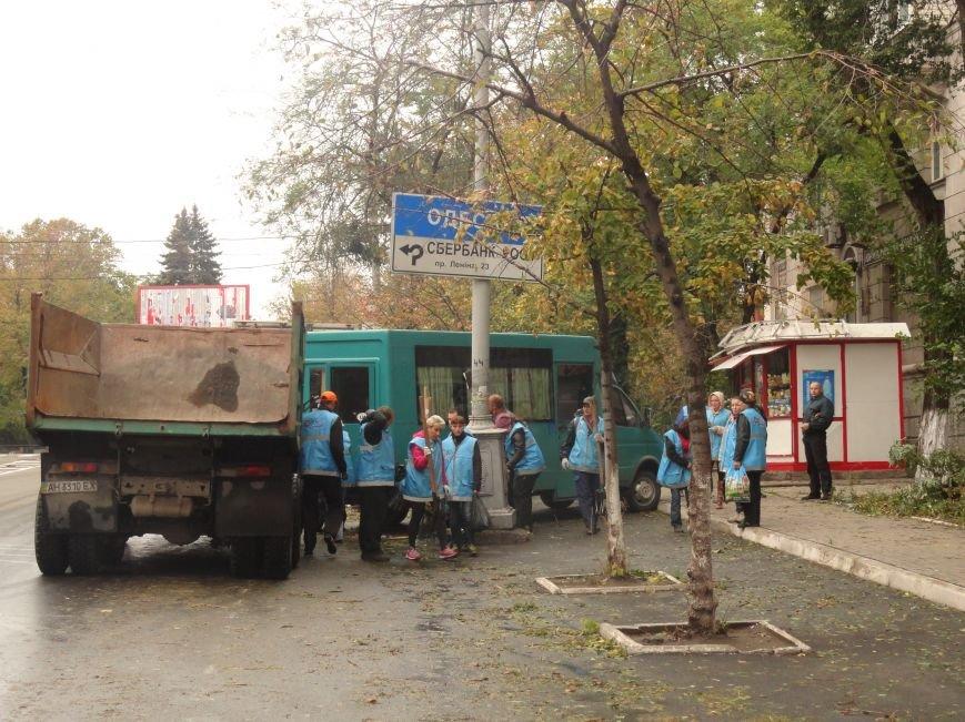 Волонтеры помогают убирать деревья на улицах Мариуполя (ФОТО), фото-1