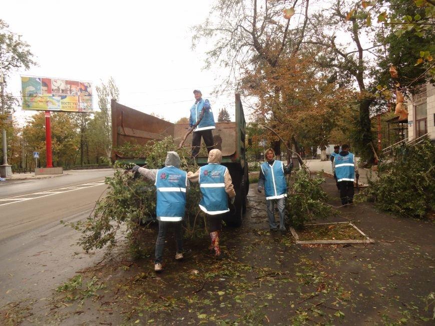 Волонтеры помогают убирать деревья на улицах Мариуполя (ФОТО), фото-6