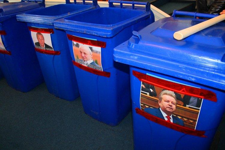 Черкаських депутатів запхали в сміттєві баки (фото, відео), фото-2