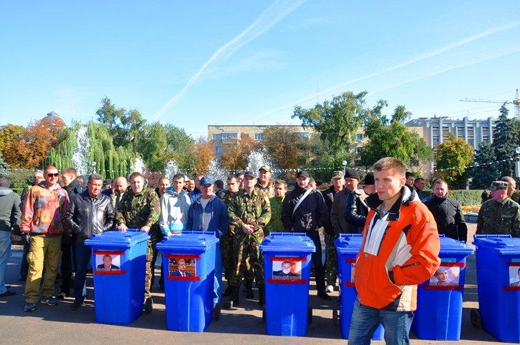 Черкаських депутатів запхали в сміттєві баки (фото, відео), фото-1