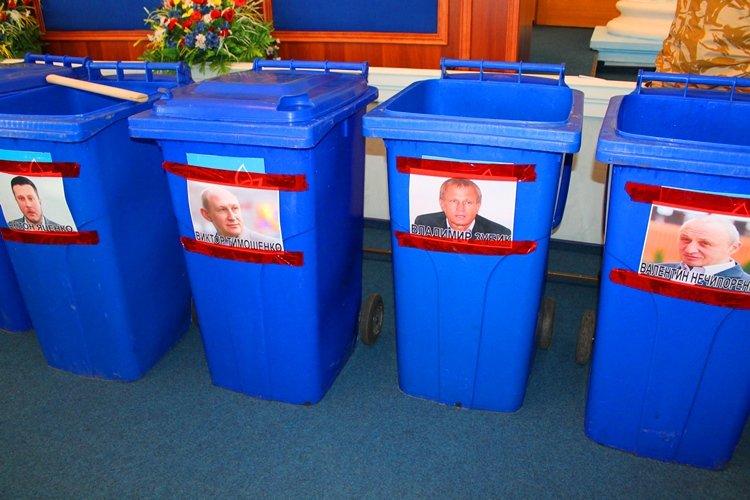 Черкаських депутатів запхали в сміттєві баки (фото, відео), фото-3