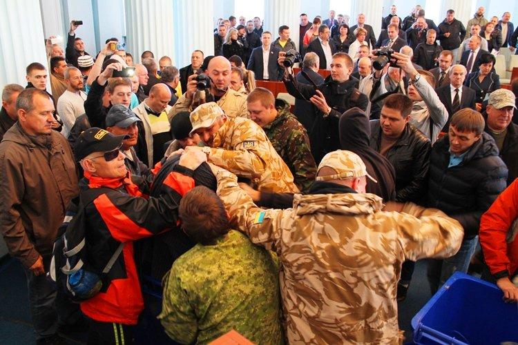 Черкаських депутатів запхали в сміттєві баки (фото, відео), фото-4