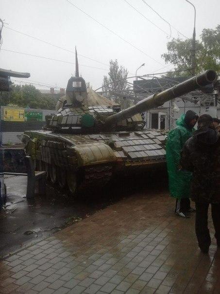 В Донецке российский танк въехал в магазин рядом с остановкой общественного транспорта (ФОТО), фото-1