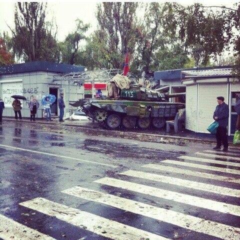 В Донецке российский танк въехал в магазин рядом с остановкой общественного транспорта (ФОТО), фото-2