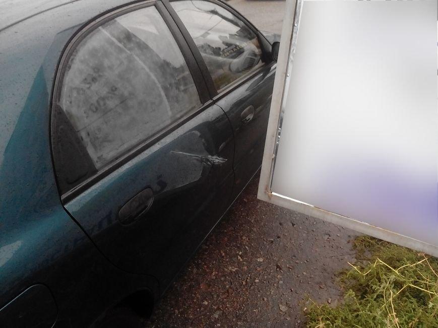 В Сумах из-за ветра упал билборд и задел машину (ФОТО), фото-1