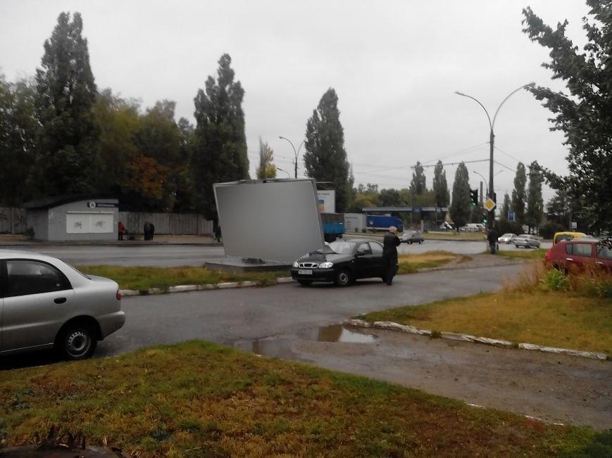 В Сумах из-за ветра упал билборд и задел машину (ФОТО), фото-2