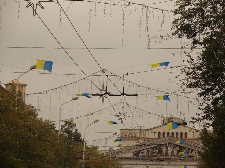 Ураган сорвал флаги, украшавшие центральные проспекты Мариуполя (ФОТОРЕПОРТАЖ), фото-11
