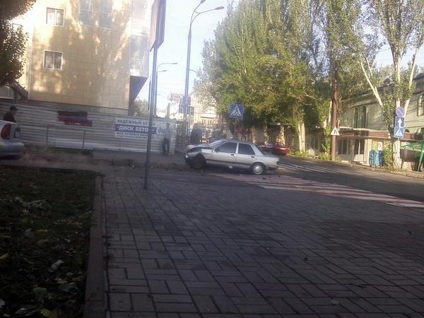 В центре Донецка утром перевернулась машина (ФОТОФАКТ), фото-2