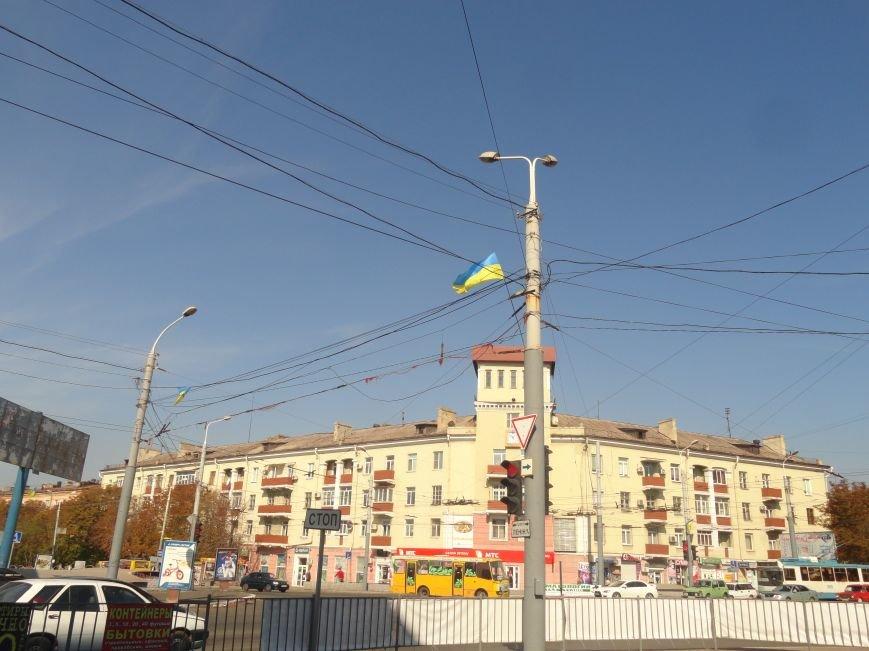 На проспект Металлургов в Мариуполе вернулись флаги Украины (ФОТОРЕПОРТАЖ), фото-1
