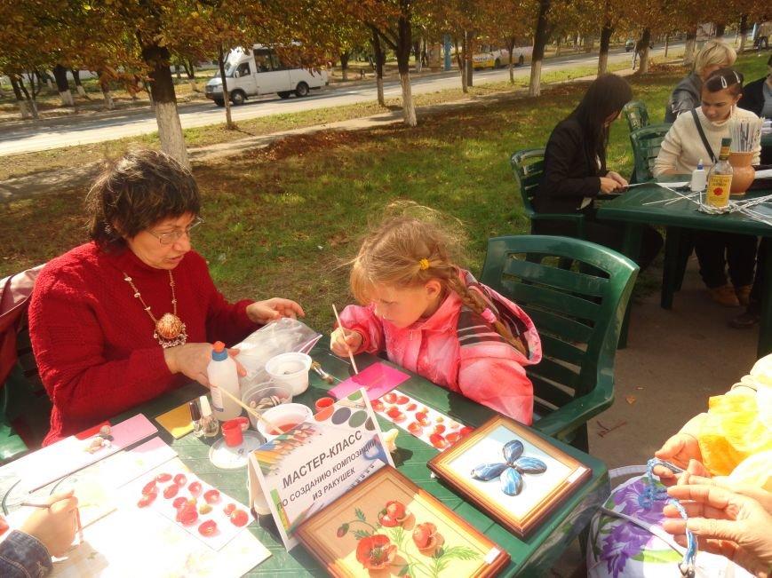 В центре Мариуполя на улице делали прически, читали книги и занимались квиллингом (ФОТОРЕПОРТАЖ), фото-8