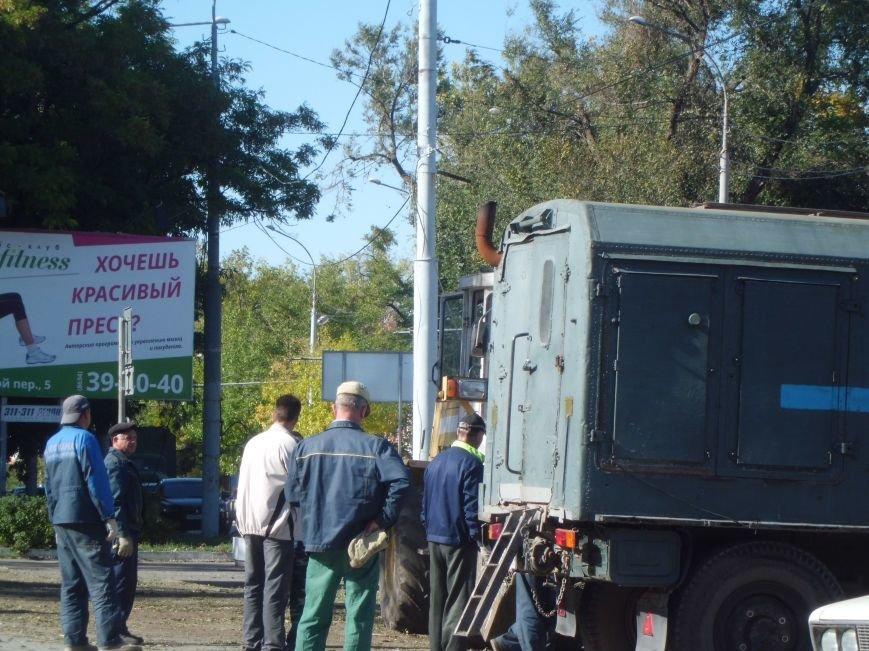 Уборка территорий идет ударными темпами, вчера был убран мусор вокруг Дворца Молодежи в Таганроге (ФОТО), фото-1