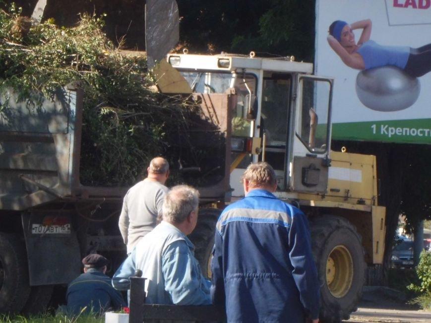 Уборка территорий идет ударными темпами, вчера был убран мусор вокруг Дворца Молодежи в Таганроге (ФОТО), фото-2