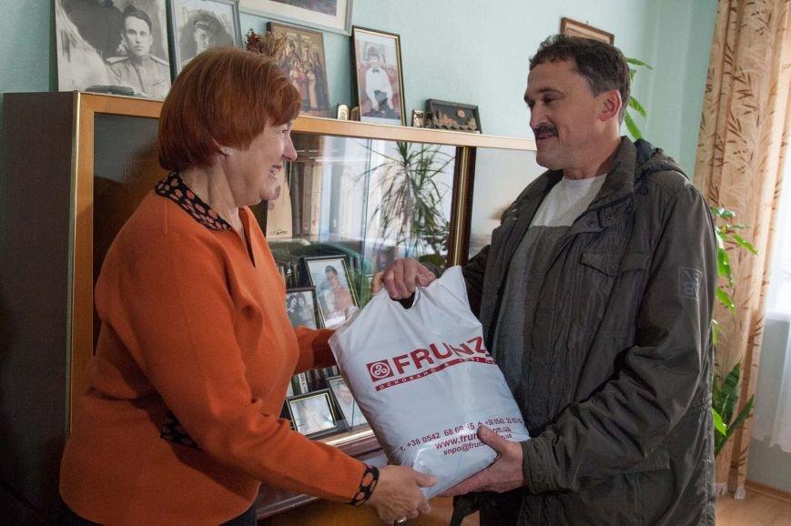Работники Сумского НПО им. М.В. Фрунзе навещают коллег-пенсионеров по случаю Дня человека пожилого возраста, фото-1