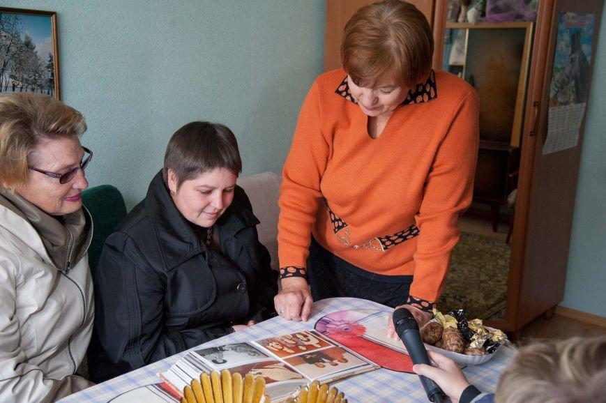 Работники Сумского НПО им. М.В. Фрунзе навещают коллег-пенсионеров по случаю Дня человека пожилого возраста, фото-2