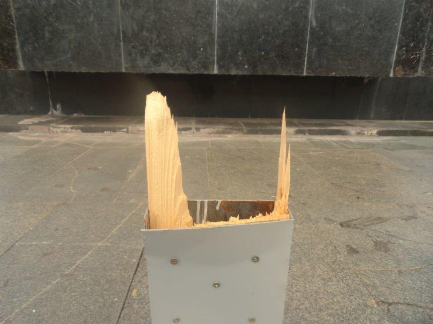 В Мариуполе вандалы сломали крест на пл. Ленина (ФОТО), фото-3