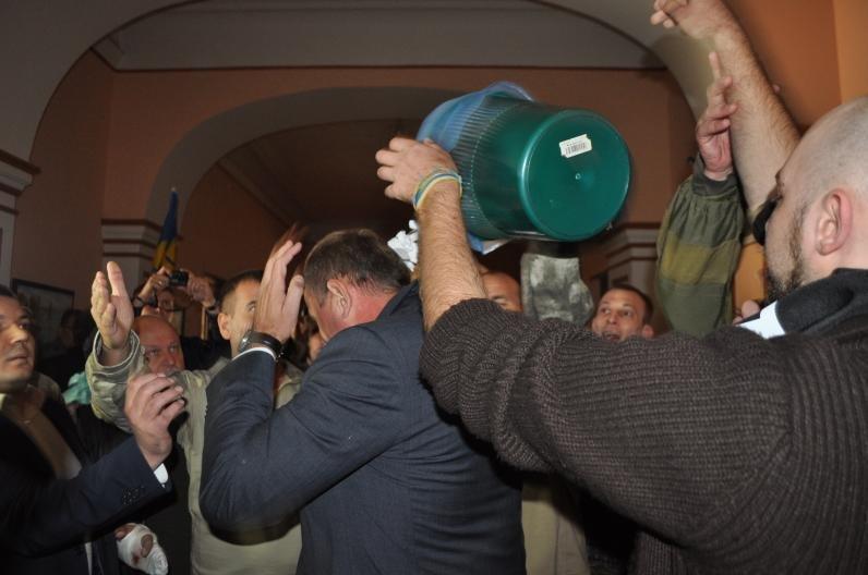 Прокурору Днепропетровщины высыпали на голову корзину с мусором, фото-3