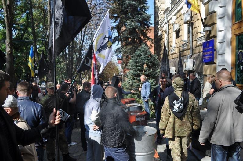 Прокурору Днепропетровщины высыпали на голову корзину с мусором, фото-1