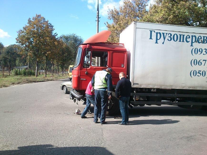 В Днепродзержинске легковой автомобиль столкнулся с грузовиком, фото-2