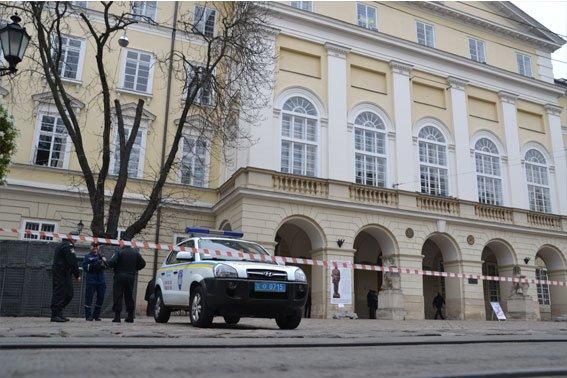 У Львові розшукують аноніма, який повідомив про замінування міськради (ФОТО), фото-6