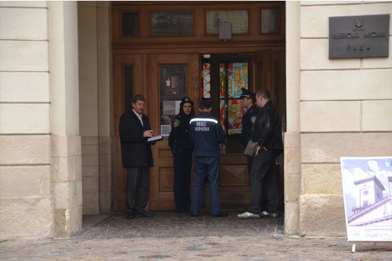 У Львові розшукують аноніма, який повідомив про замінування міськради (ФОТО), фото-1