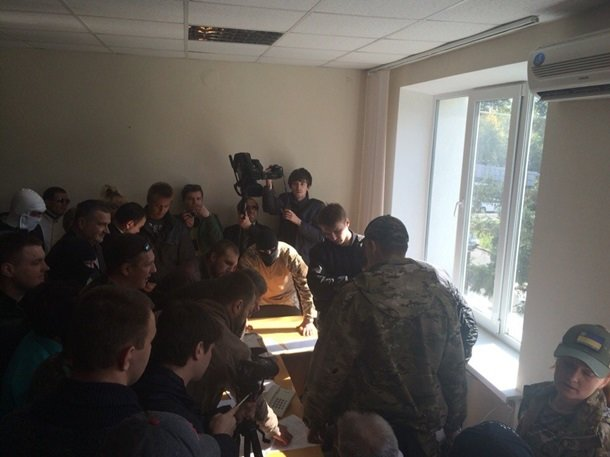 На Киевщине бросили в мусорник главу избиркома (ФОТО), фото-2