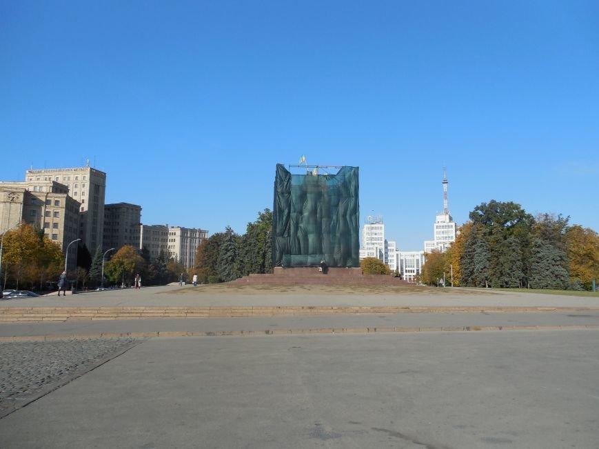 За ночь вокруг постамента памятника Ленину «выросли» строительные леса (ФОТОФАКТ), фото-1