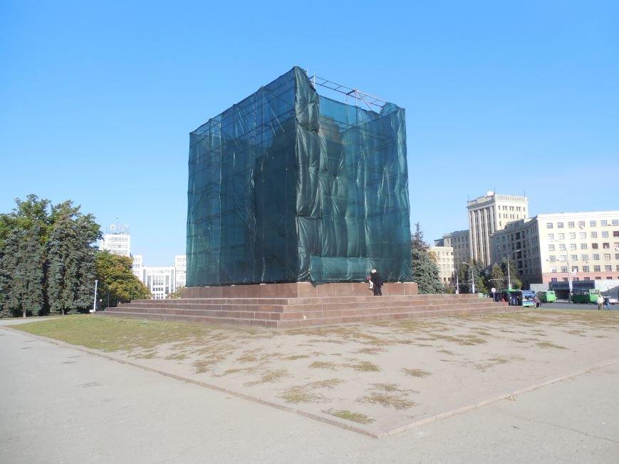 За ночь вокруг постамента памятника Ленину «выросли» строительные леса (ФОТОФАКТ), фото-2