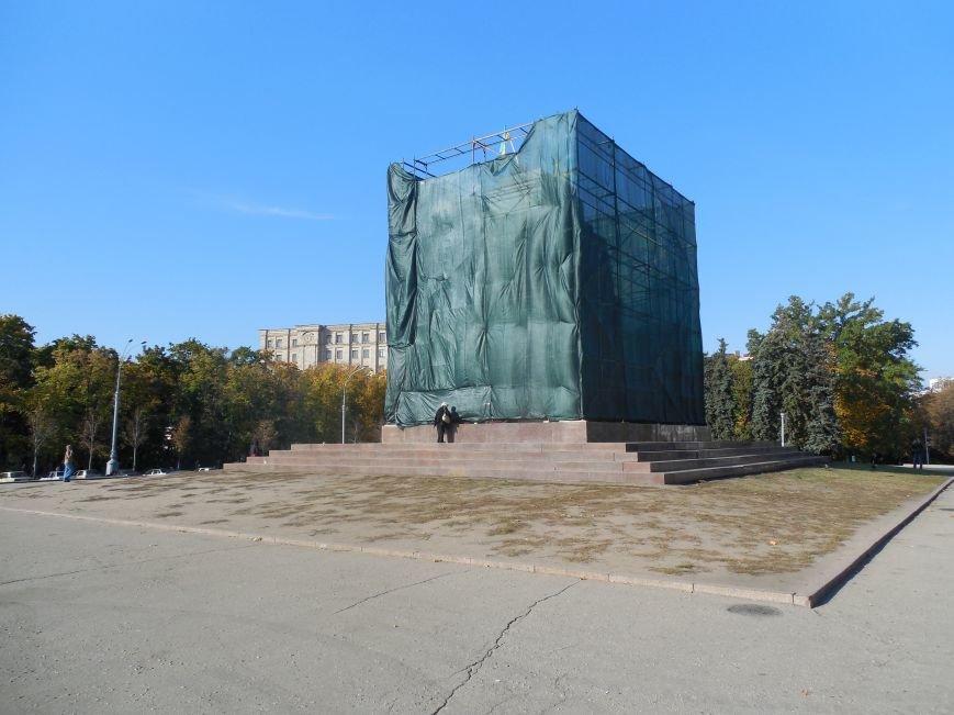 За ночь вокруг постамента памятника Ленину «выросли» строительные леса (ФОТОФАКТ), фото-3
