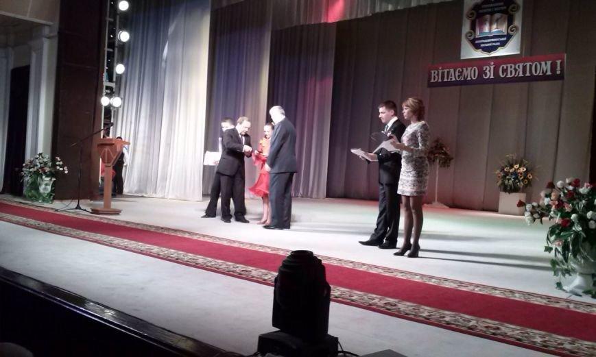 В Днепродзержинске проходит праздничный концерт по случаю Дня работников образования, фото-1
