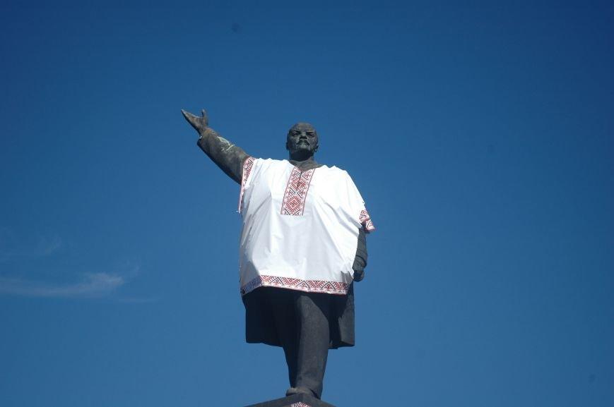 ФОТОФАКТ: запорожского Ленина спасла от сноса вышиванка, фото-4
