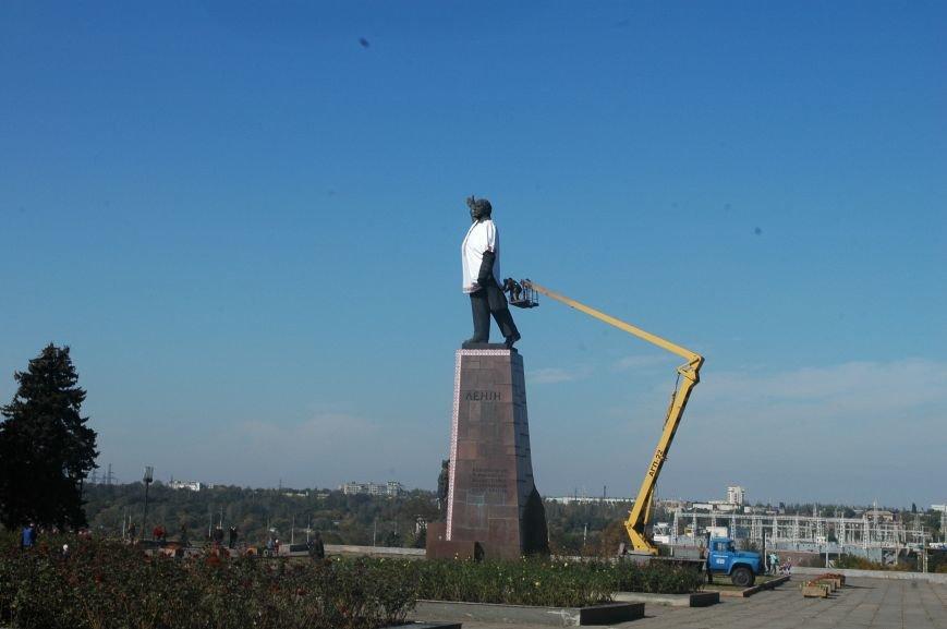ФОТОФАКТ: запорожского Ленина спасла от сноса вышиванка, фото-1