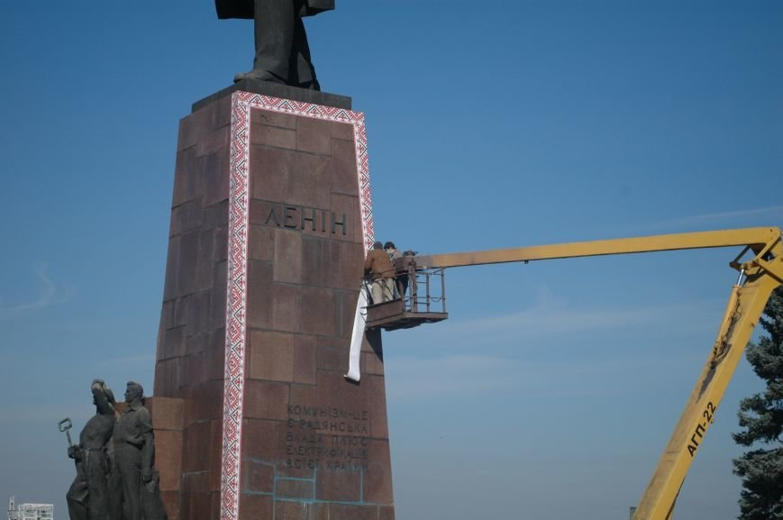 ФОТОФАКТ: запорожского Ленина спасла от сноса вышиванка, фото-3
