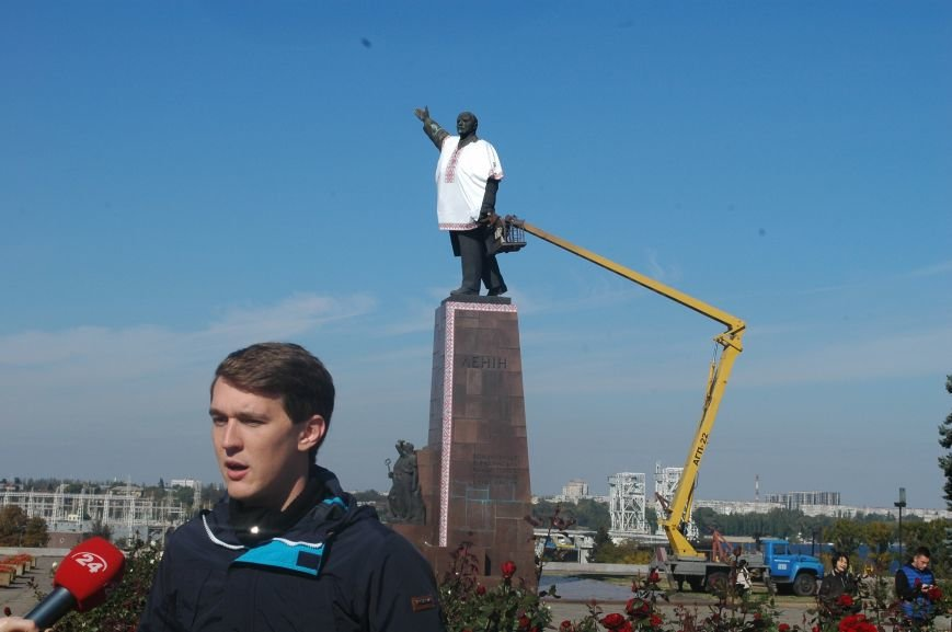 ФОТОФАКТ: запорожского Ленина спасла от сноса вышиванка, фото-2