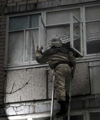 В Днепродзержинске спасатели помогли медикам попасть в квартиру больной женщины, фото-1