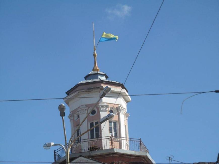 В Полтаве водрузили перевёрнутый украинский флаг, фото-1