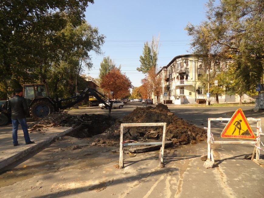В Мариуполе на дороге провалился асфальт и  повредил канализационную трубу (ФОТОРЕПОРТАЖ), фото-1
