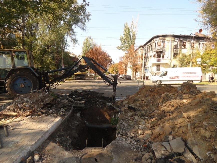 В Мариуполе на дороге провалился асфальт и  повредил канализационную трубу (ФОТОРЕПОРТАЖ), фото-2