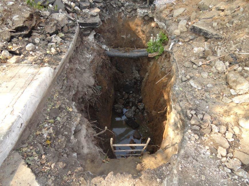 В Мариуполе на дороге провалился асфальт и  повредил канализационную трубу (ФОТОРЕПОРТАЖ), фото-3