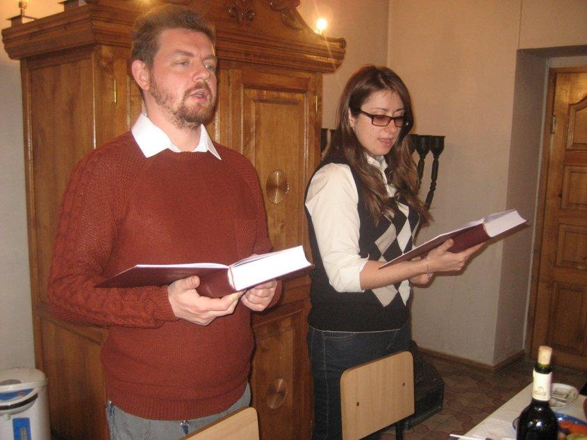 4 Ведущие р.Леонид Бимбат и общинный работник Кира Грублите  IMG_6190