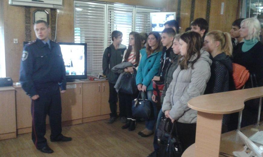 Школьникам из Днепродзержинска показали боевое оружие и изолятор для преступников, фото-5