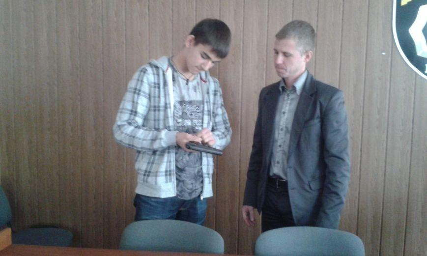 Школьникам из Днепродзержинска показали боевое оружие и изолятор для преступников, фото-4