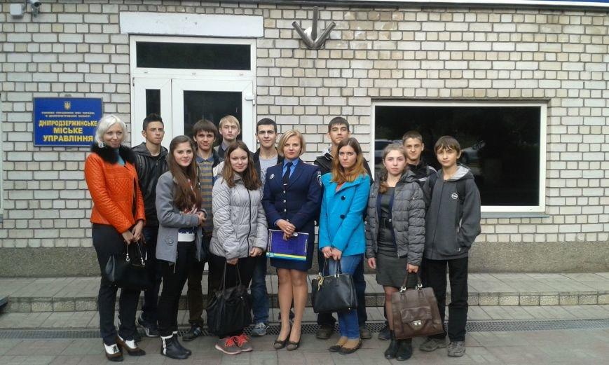 Школьникам из Днепродзержинска показали боевое оружие и изолятор для преступников, фото-6