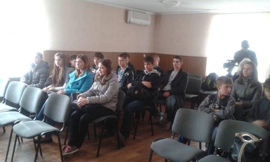 Школьникам из Днепродзержинска показали боевое оружие и изолятор для преступников, фото-2